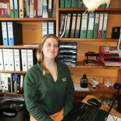 Frau Katharina Endrulat ist unsere Bürokraft. Zusätzlich kümmert Sie sich um Innenliegenden Sonnen - und Sichtschutz, Insektenschutz und um Referenzfotos.