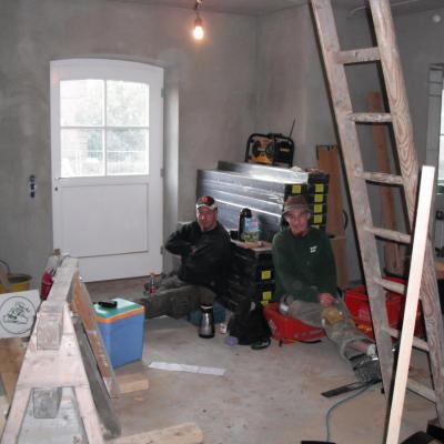 """Herr Hauke Wolter (rechts im Bild) ist unser """"Junggeselle"""". Auch ihm unterliegt der Einbau von Fenstern, Haustüren, Innentüren sowie Reparaturarbeiten."""